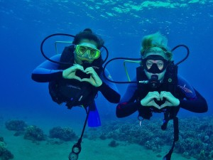 Divers showing their love for the U/W world of Maui